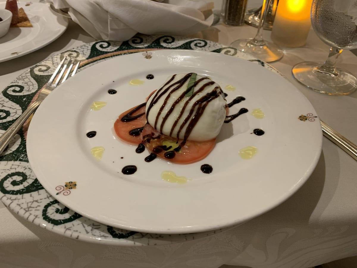 私が選んだサバティーニの食事の中で一番美味しかったクリーミーなチーズと薄切りトマト   客船ダイヤモンド・プリンセスのダイニング、フード&ドリンク、船内施設