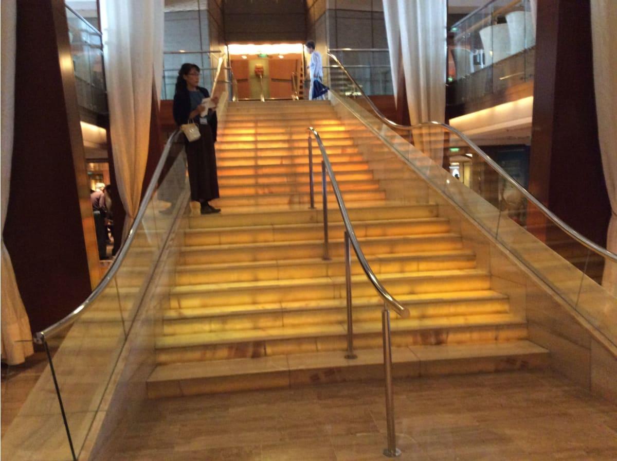 階層吹き抜けの階段【グランドフォイヤー】なんですが…パンフで見るほどの迫力はありませんでした(苦笑   客船セレブリティ・ミレニアムの船内施設