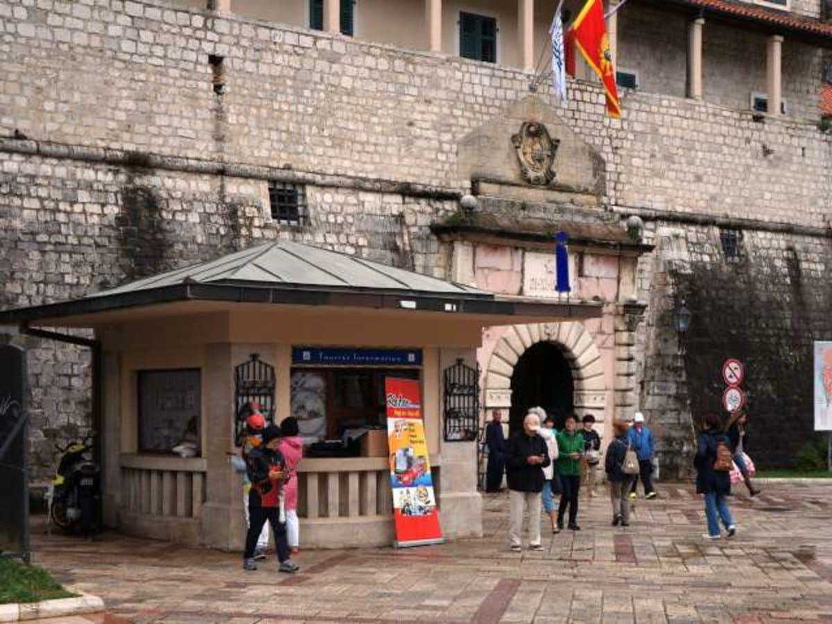 モンテネグロのコトル旧市街入口です。下船して目の前。   コトル