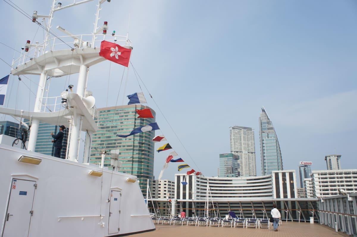 香港の旗と香港の高層ビル   客船ザーンダムの外観