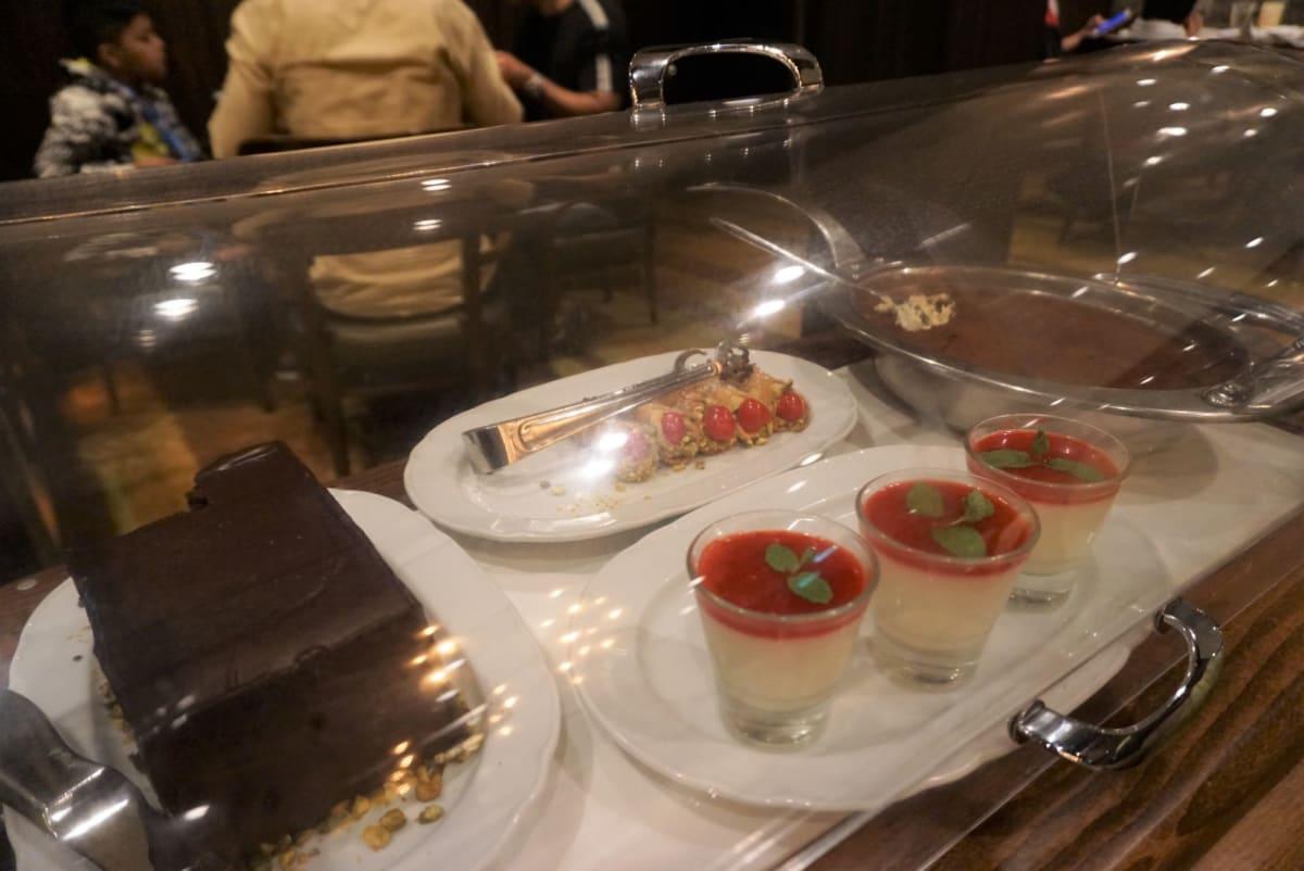 デザートは好きなものを好きなだけというけどもう食べられない! | 客船ボイジャー・オブ・ザ・シーズのダイニング、ブッフェ、フード&ドリンク