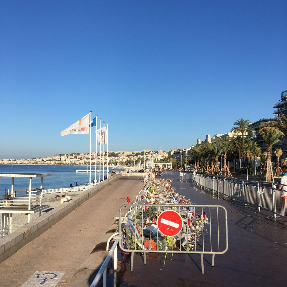 Niceで起きたテロ後だった為、海岸沿いの歩道には沢山の花束が。。 観光客は激減したそうです。 | ヴィルフランシュ=シュル=メール(ニース・リビエラ)