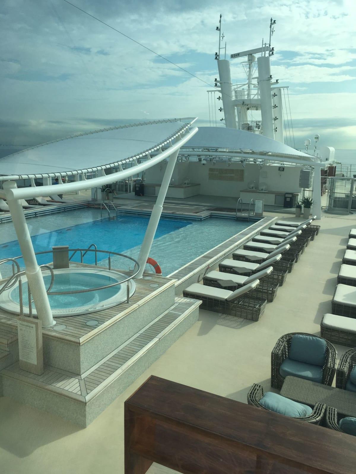 上のクラスのゲスト専用のプール。 | 客船ゲンティン・ドリームの船内施設