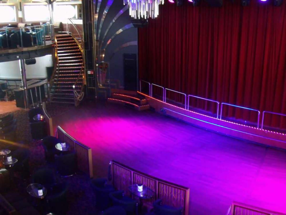 デッキ6、7のナイトクラブに吹き抜けのステージ。   客船ギャラクシーの船内施設