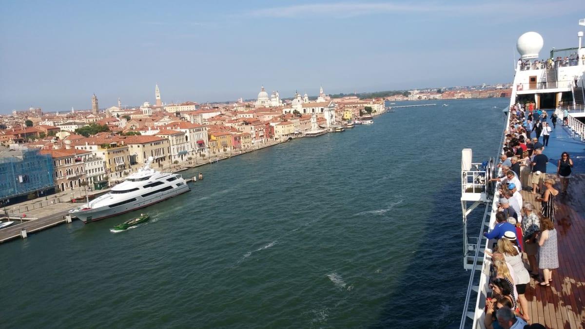 ヴェネツィア出港 | ヴェネツィアでの客船リビエラ