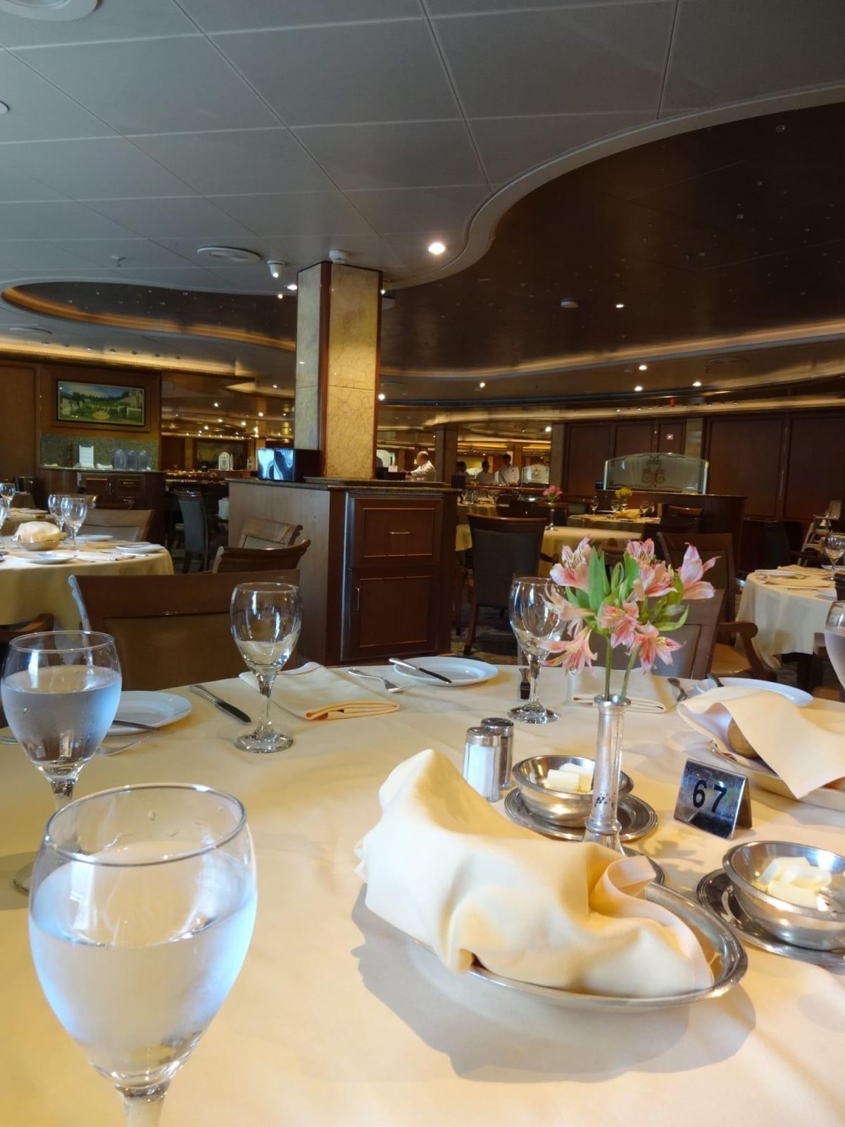 乗船当日のランチはインターナショナルダイニングで♪  ビュッフェを目指す人が多いからがらがらです。 でも、テーブルはたくさん空いているのに、一つのテーブルに詰め込まれます。(笑) | 客船ダイヤモンド・プリンセスのダイニング
