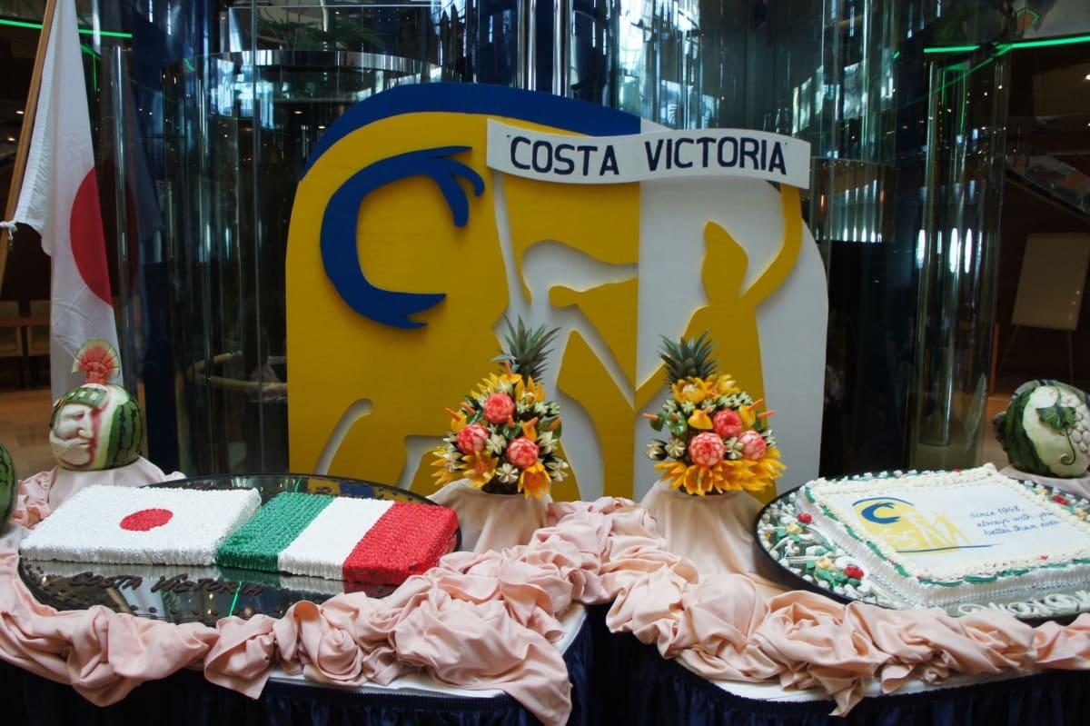 アトリウムでは国旗とファンネルのケーキ   客船コスタ・ビクトリアのフード&ドリンク、船内施設