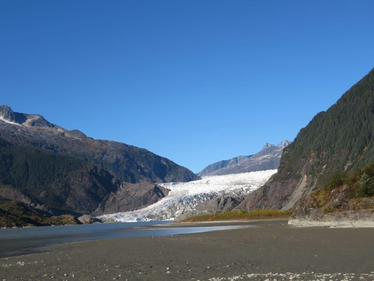夏場を過ぎて白い部分も少なくなったメンデンホール氷河