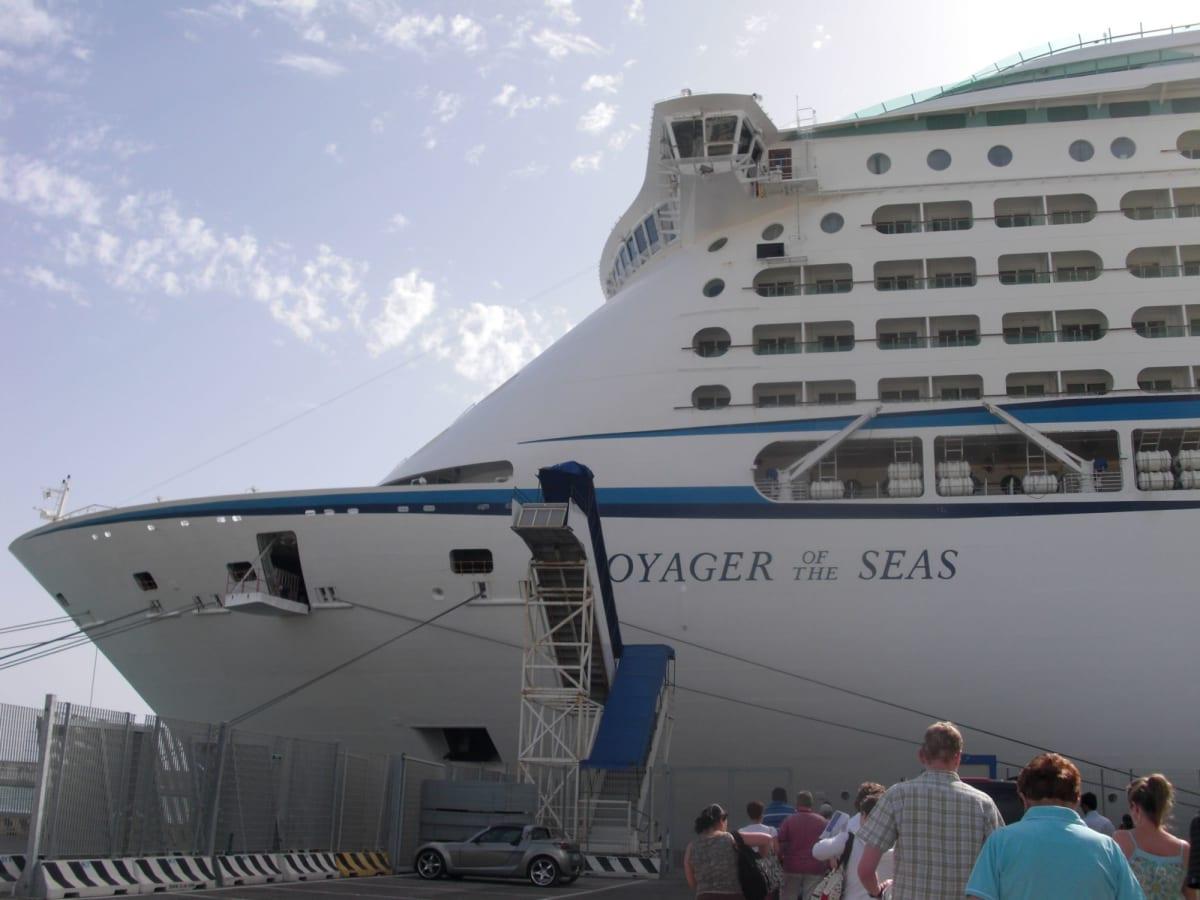 138,000トンの超大型船 | 客船ボイジャー・オブ・ザ・シーズの外観