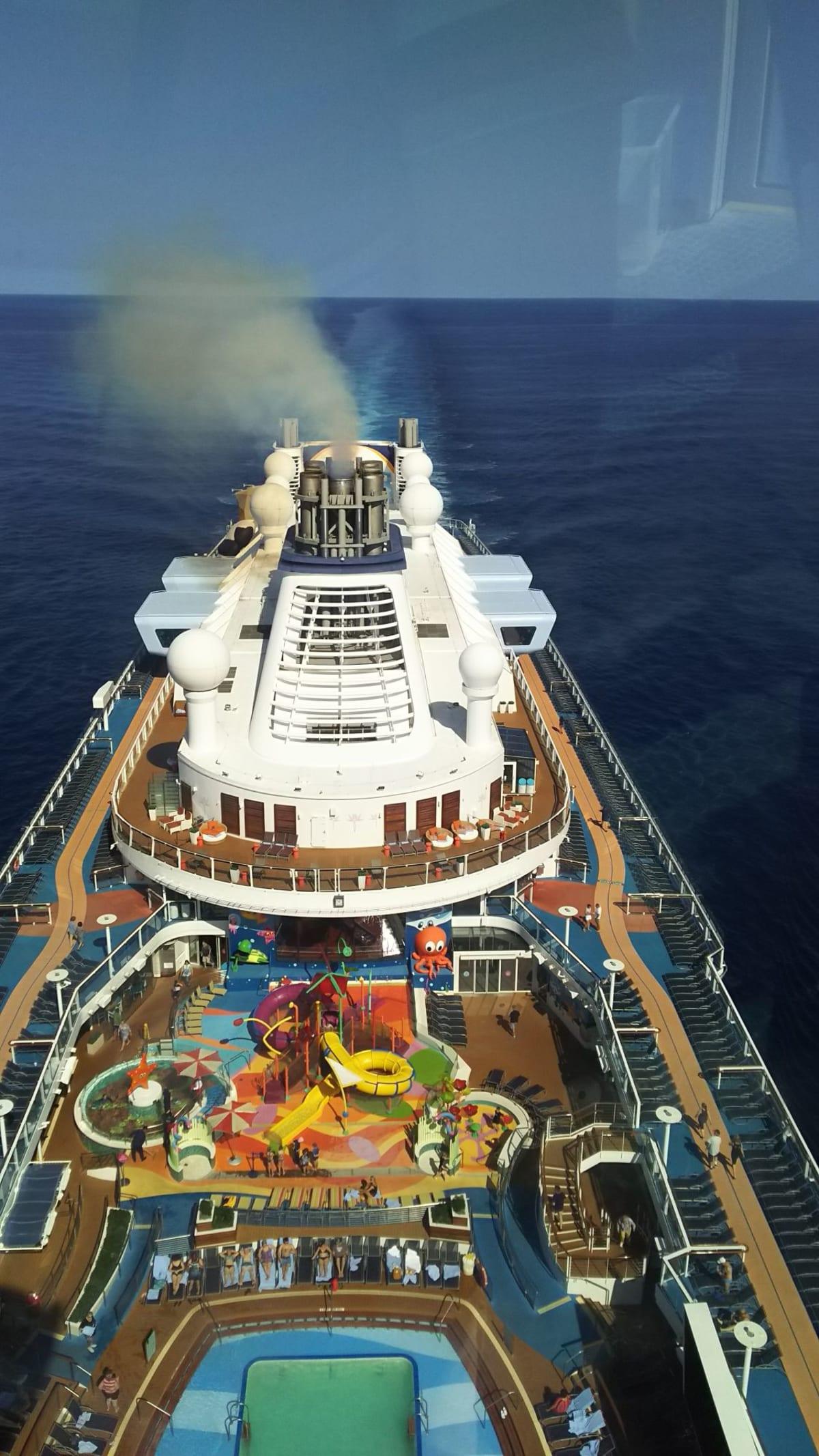 NorthStarから見下ろしたOvation of The Seas。大きかった! | 客船オベーション・オブ・ザ・シーズの外観、アクティビティ、船内施設