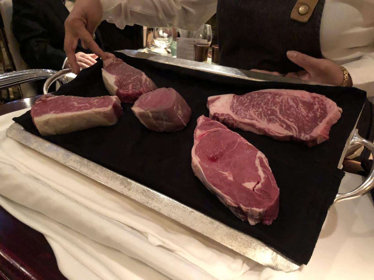 ザ・ベランダでのステーキ肉のサンプル | 客船クイーン・エリザベスのダイニング、フード&ドリンク