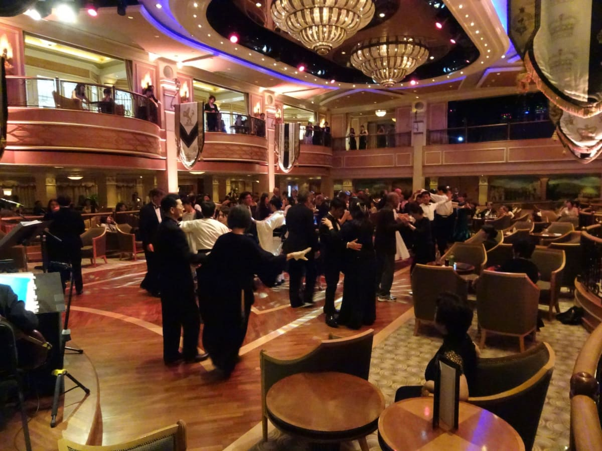 オーケストラの脇から見たルームの風景 | 客船クイーン・エリザベスの乗客、アクティビティ、船内施設