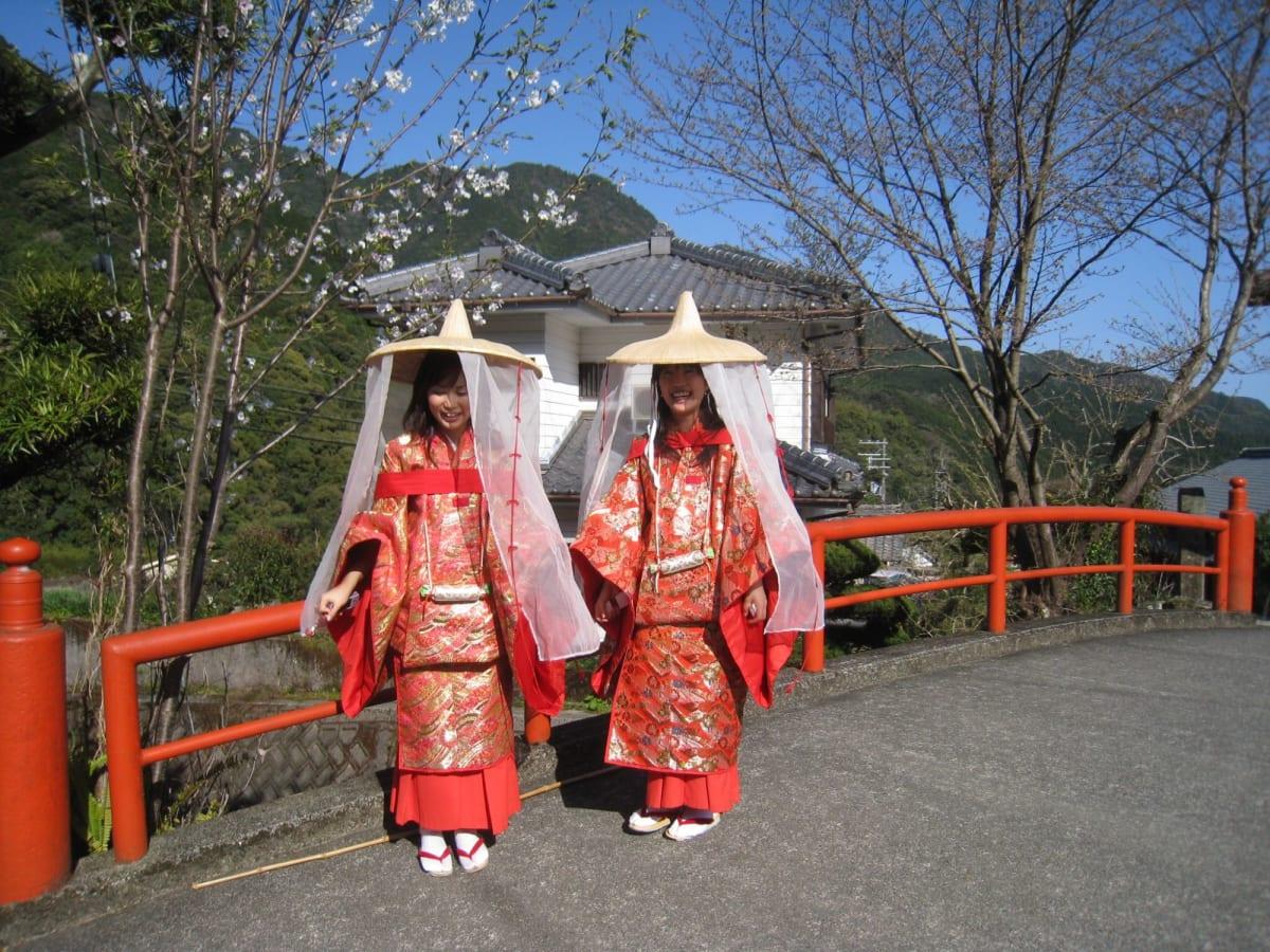 可愛い装束で歩いている観光客 | 新宮(和歌山)