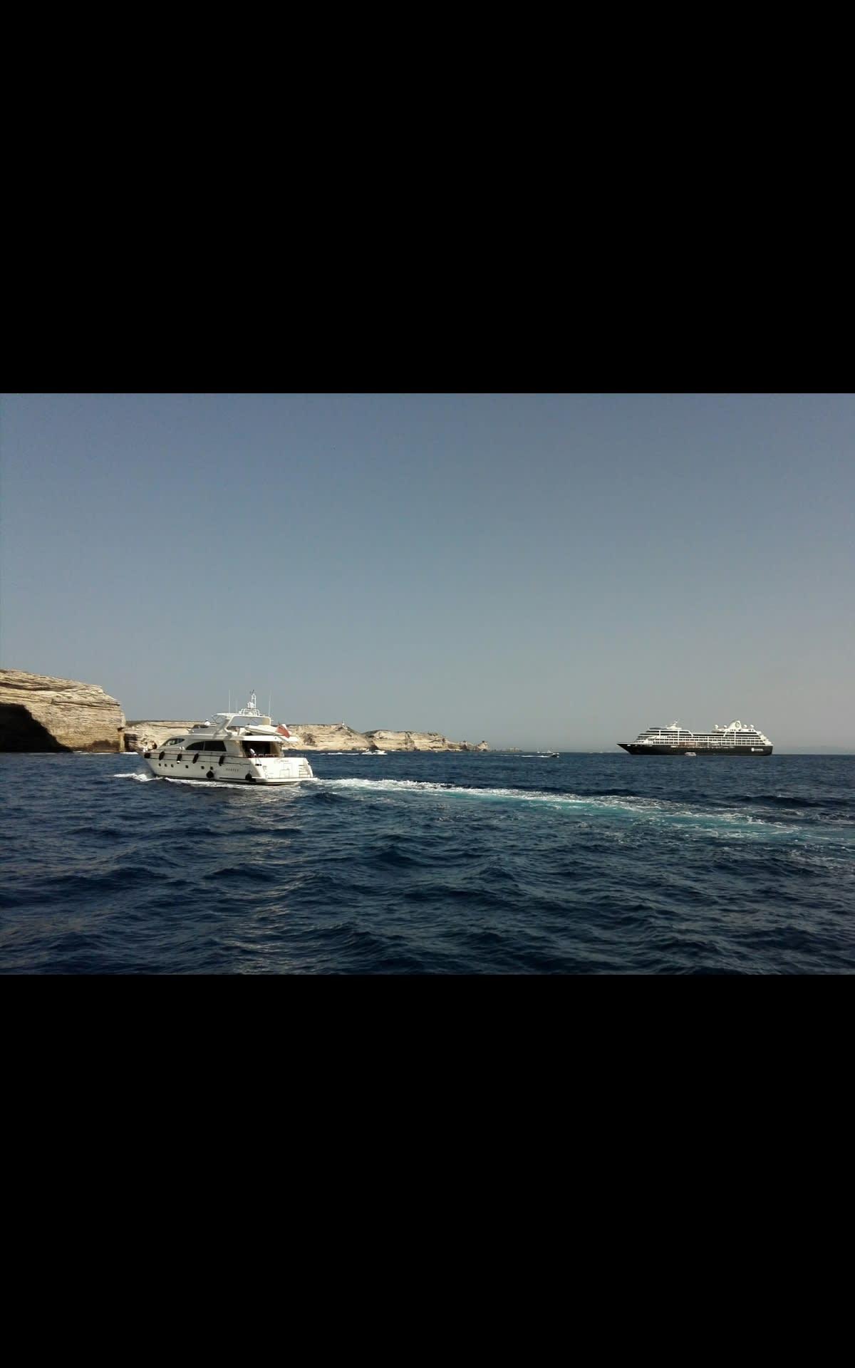 沖に見えるアザマラ クエスト号 | 客船アザマラ・クエストの外観