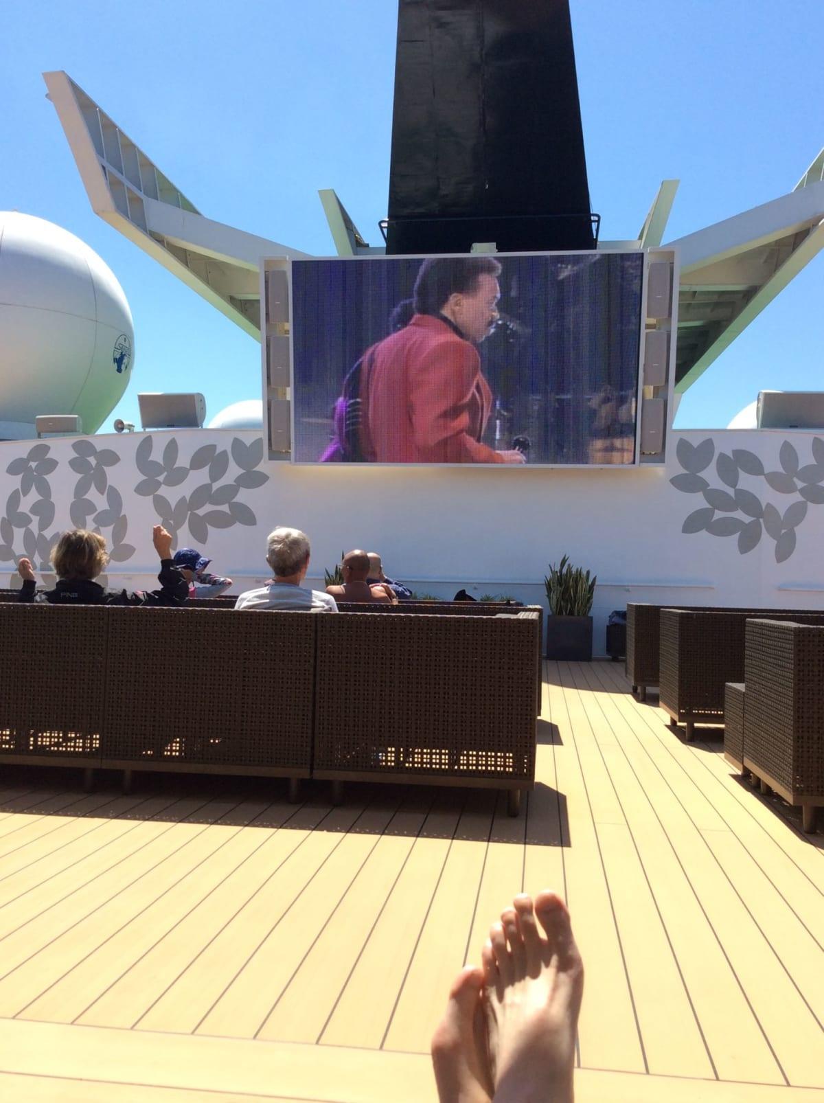 アッパーデッキ船尾に位置する大型スクリーン。 ここで寛いでいたら【マツコの知らない世界】の撮影があって、 僅かながら私もTVに映る事になろうとは…苦笑   客船セレブリティ・ミレニアムのアクティビティ、船内施設