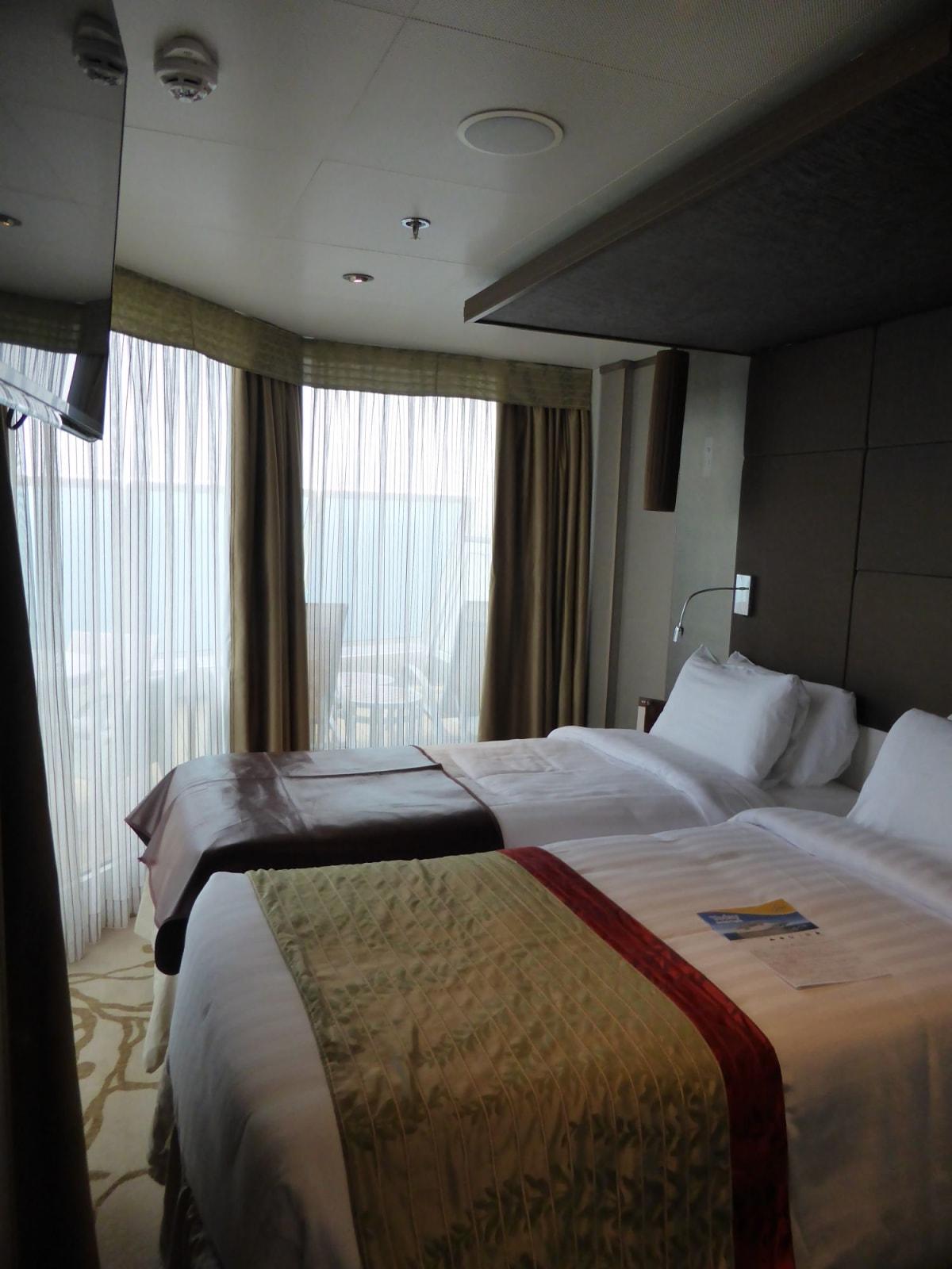 スイートのベッドルーム | 客船コスタ・ネオロマンチカの客室
