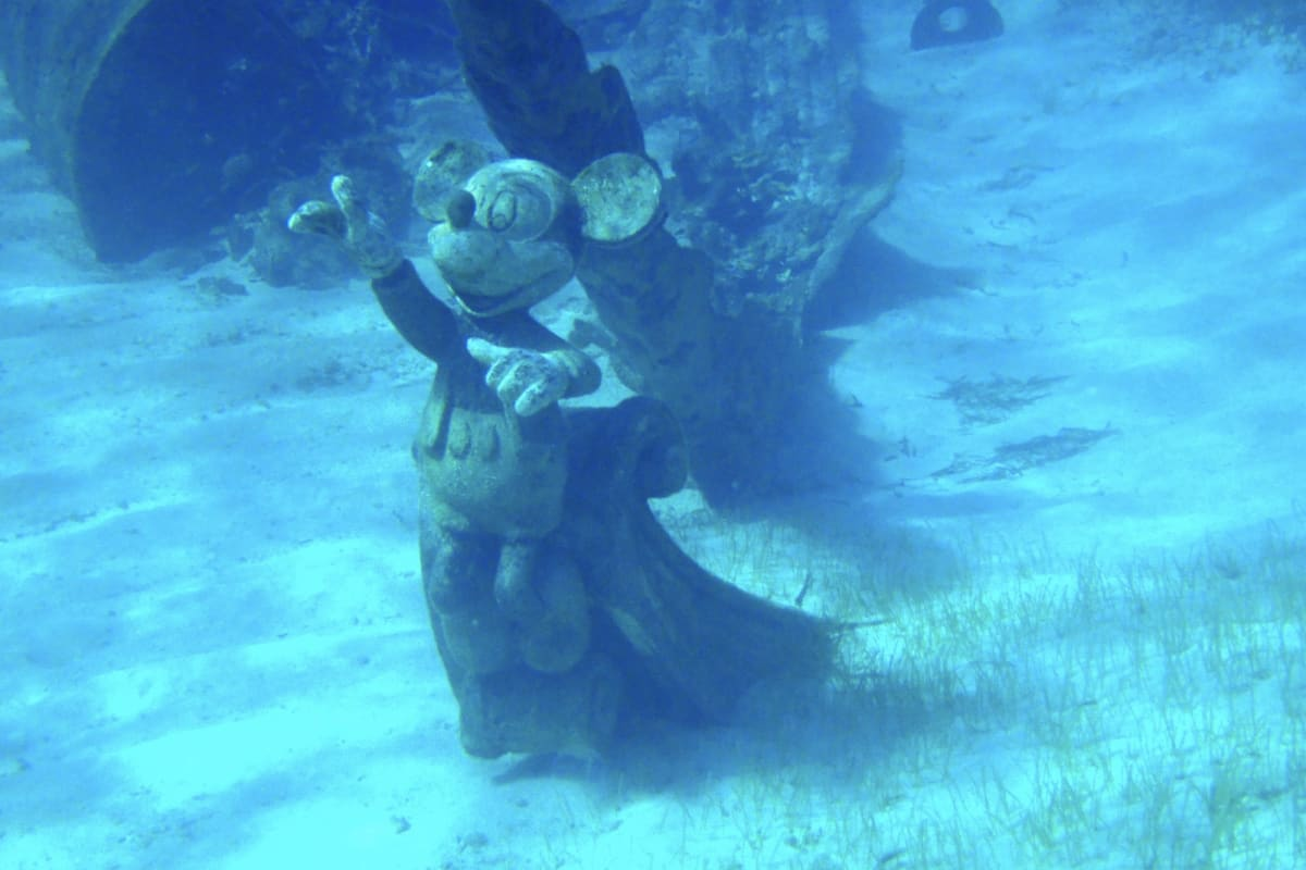 Castaway Cayの海底に沈むミッキーの船首像 | キャスタウェイ・ケイでの客船ディズニー・ドリーム