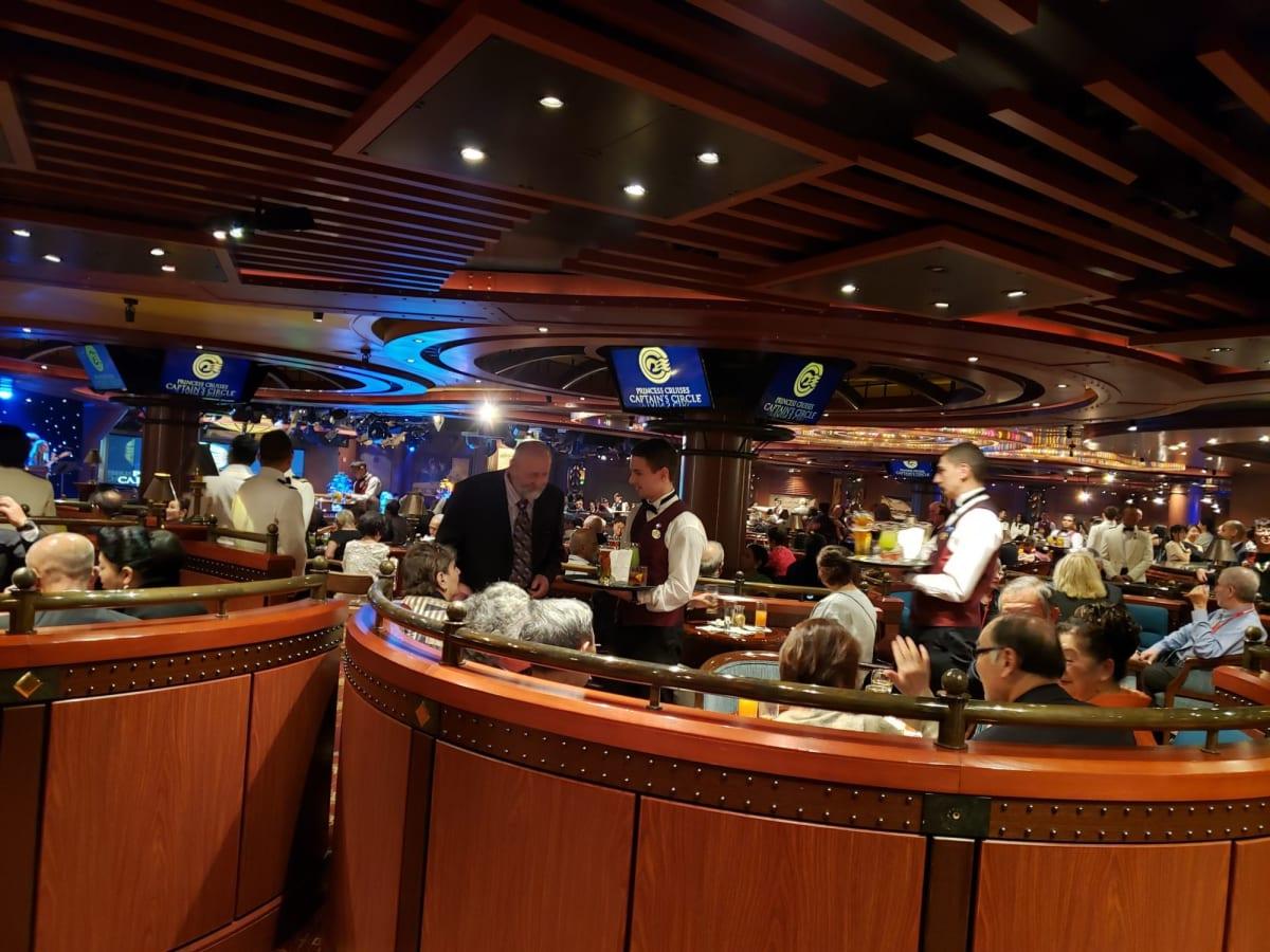 ゴールド、ルビーのリピーターズパーティが今回は行われませんでした。 キャプテンからのドリンクチケットがゴールドメンバーの方には部屋に届けられ、ルビーメンバーはプラチナ、エリートメンバーと一緒にパーティーにご招待!人数が多かったので入るのに少し並びました。 セカンドシーティングの人は途中で退席しなければなりません。 | 客船ダイヤモンド・プリンセスの乗客、クルー、船内施設