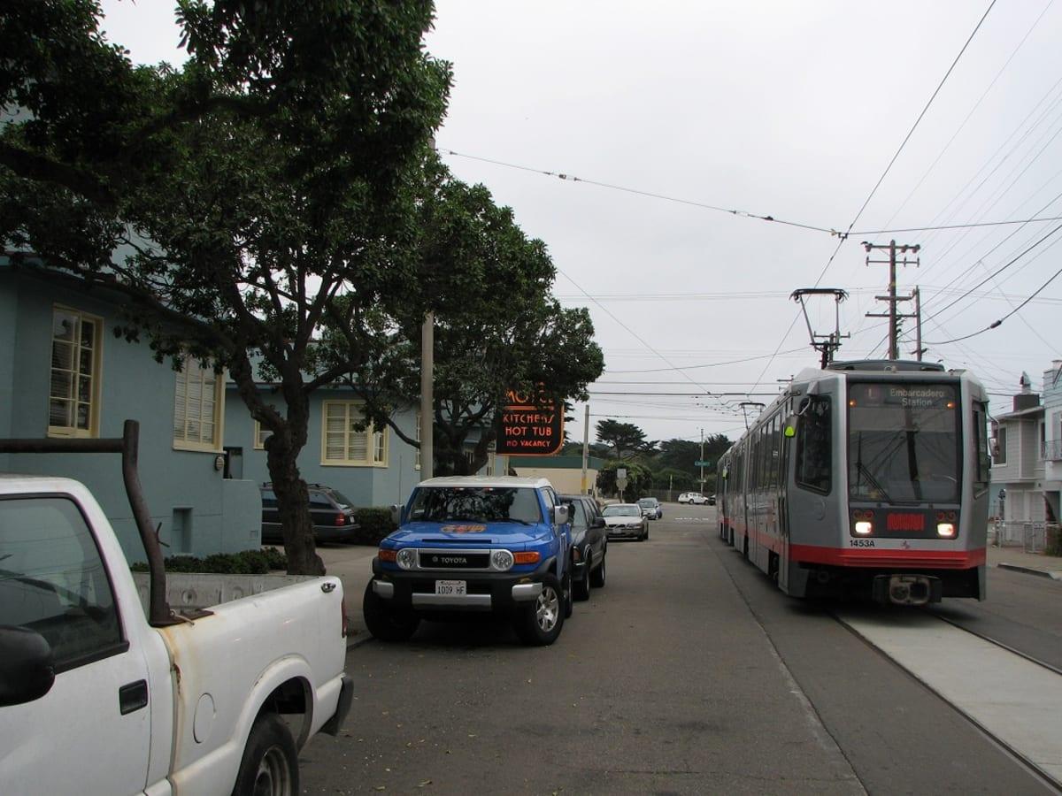 ホテルの前をムニ・メトロが走る。 | サンフランシスコ(カリフォルニア州)
