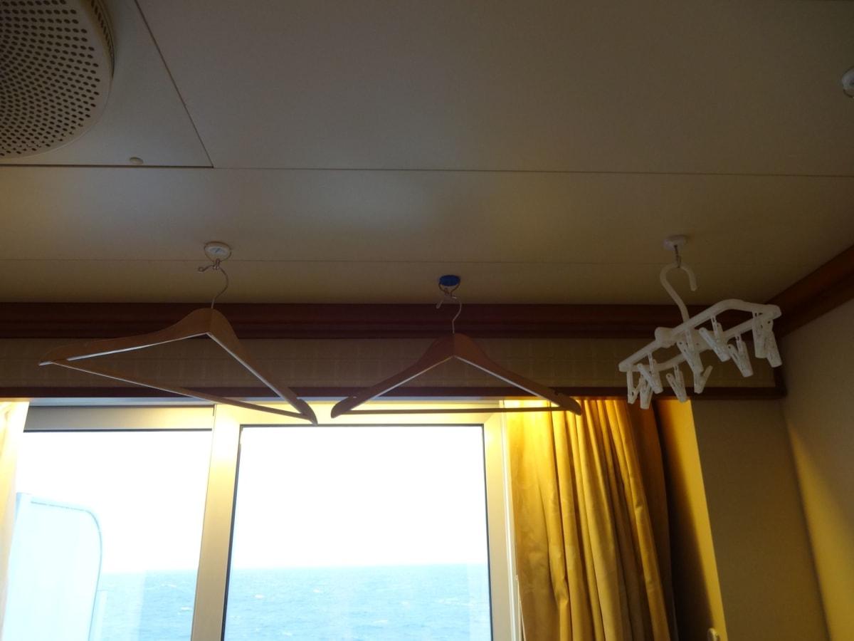 壁はもちろんですが、天井もマグネットがつきます。 部屋の乾燥防止に、バスタオルで水分を取った、洗濯物を干しておくと半日で乾いてしまいます。   客船ダイヤモンド・プリンセスの客室
