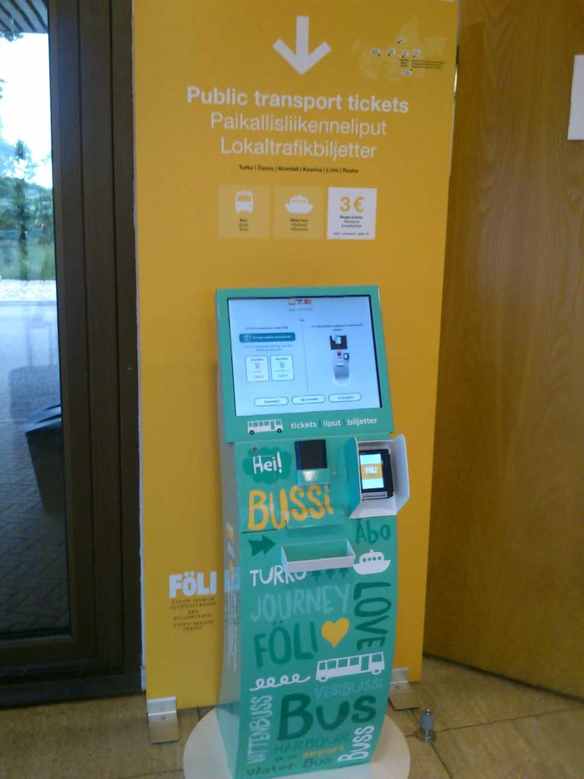 トゥルクターミナル内に、市内へのバス等の券売機が。 | トゥルクでのタリンク・シリヤ・ライン