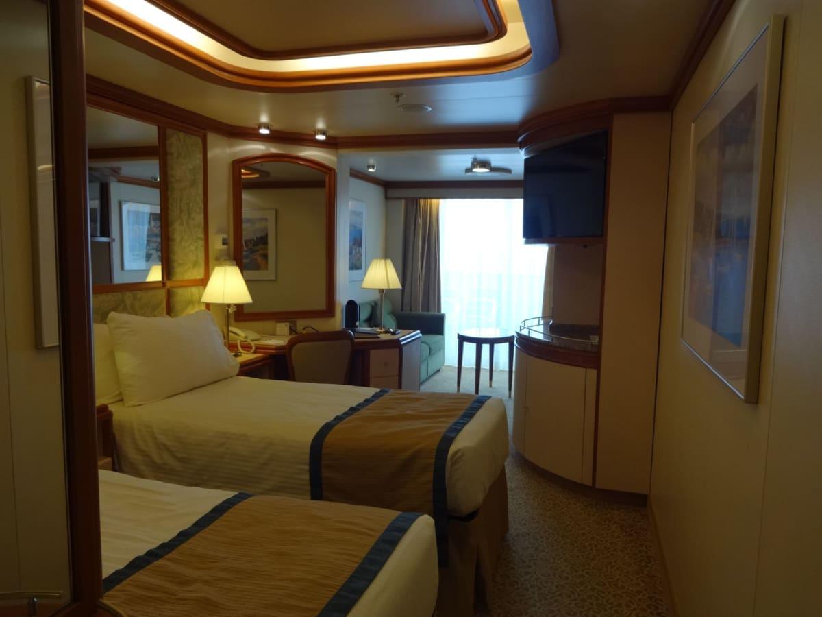 ジュニアスイート 入り口から見た部屋の中 | 客船ダイヤモンド・プリンセスの客室