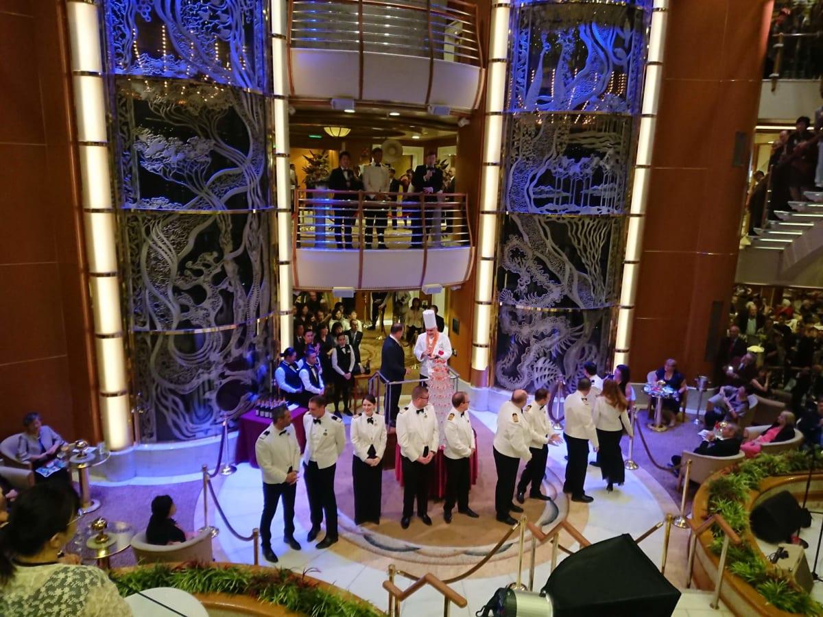 キャプテン主催グラスタワーパーティ   客船ダイヤモンド・プリンセスのクルー、アクティビティ、船内施設