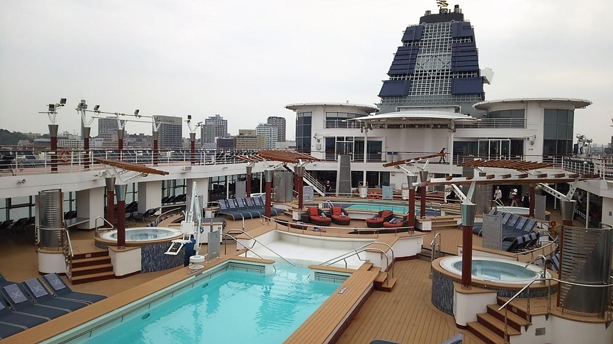 アッパーデッキのプール&ジャグジー   客船セレブリティ・ミレニアムの外観、船内施設