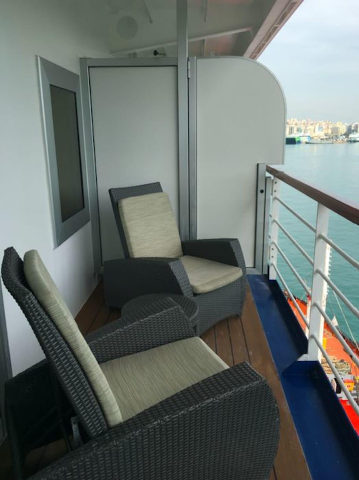 バルコニーは広くないですが、2人で過ごす分には十分な広さです。 | 客船リビエラの客室