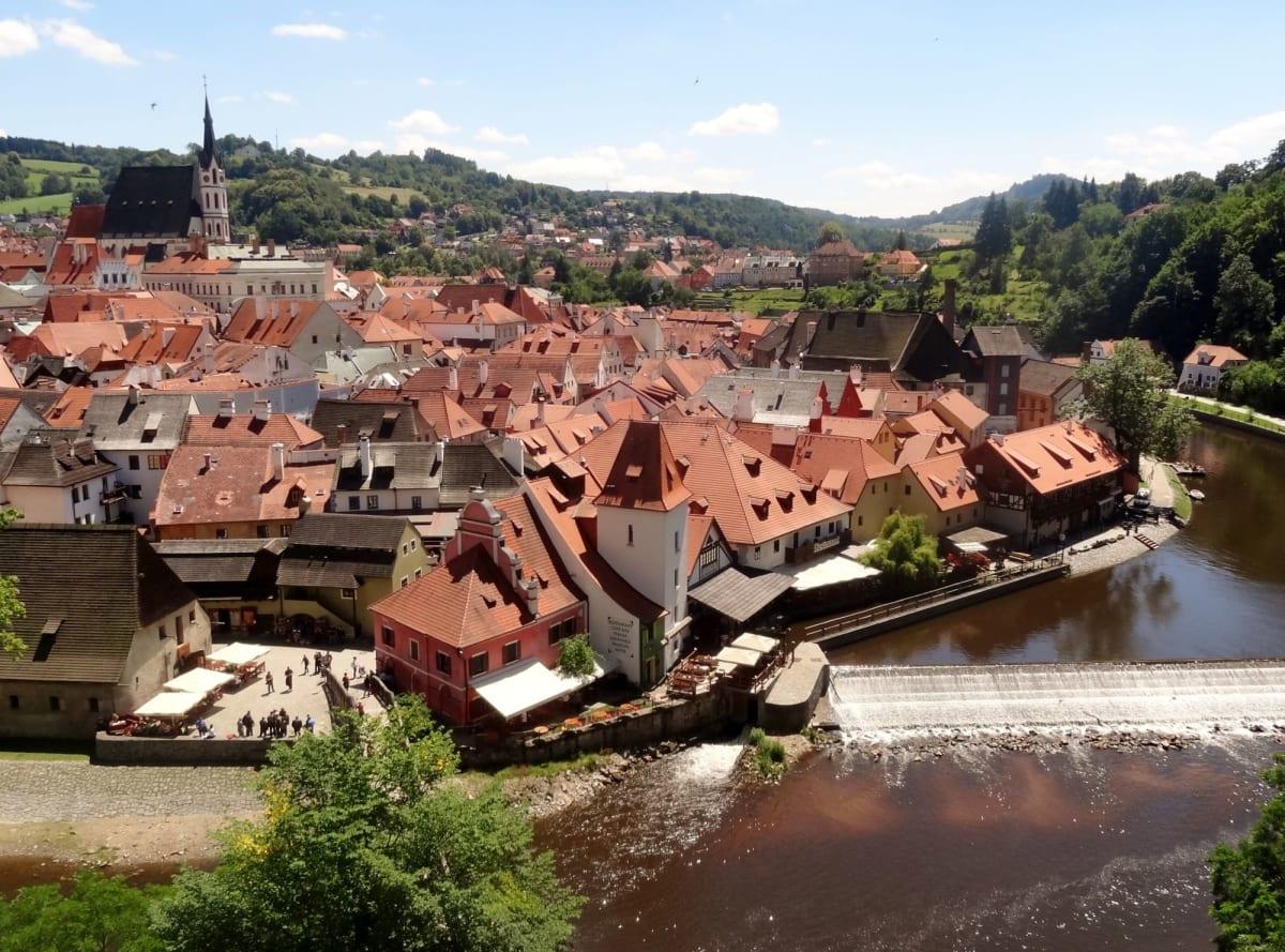 チェスキークルムロフ城へ行く途中の坂道から、旧市街が一望   プラハ