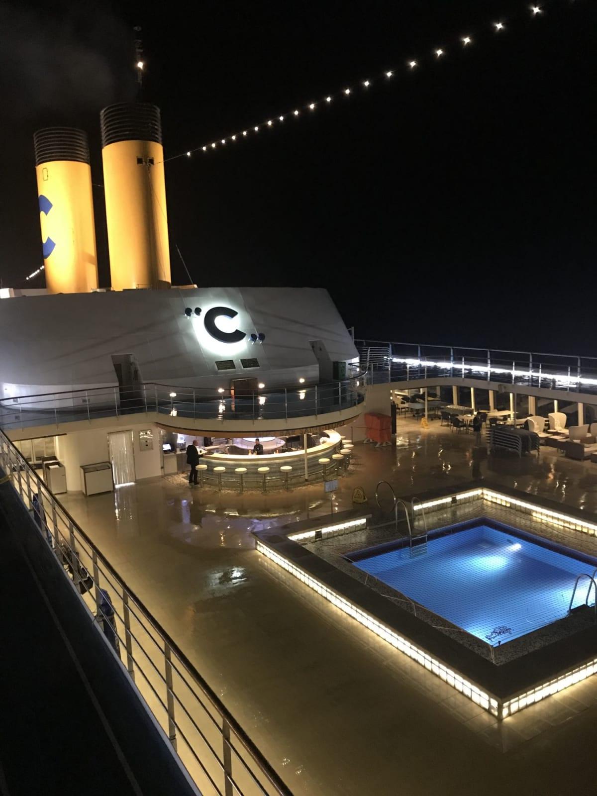 客船コスタ・ネオロマンチカの外観、船内施設