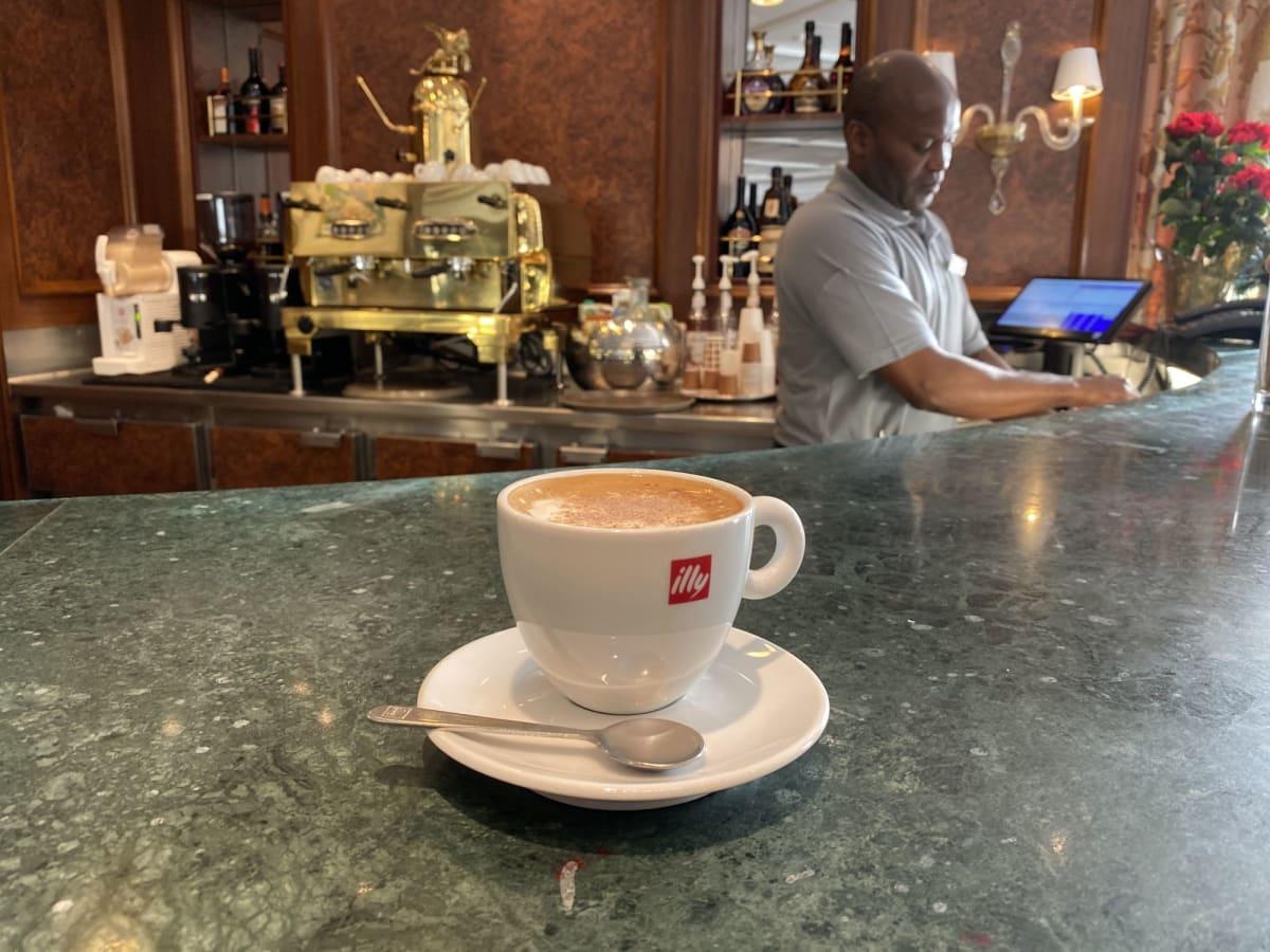 ダイニングルーム前のバリスタスではillyのコーヒーが無料で振る舞われます。 | 客船シィレーナのクルー、フード&ドリンク、船内施設