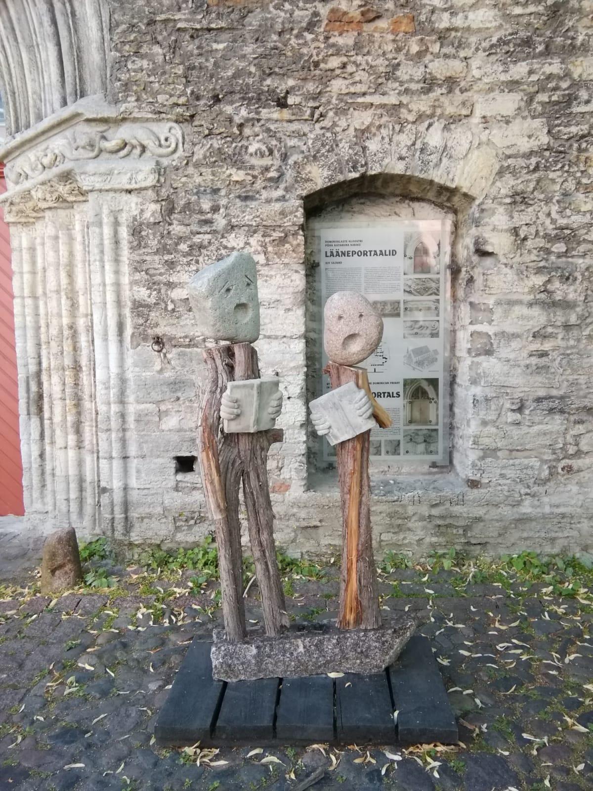 タリン 教会の入り口にありました。木と石でできています。 | タリン