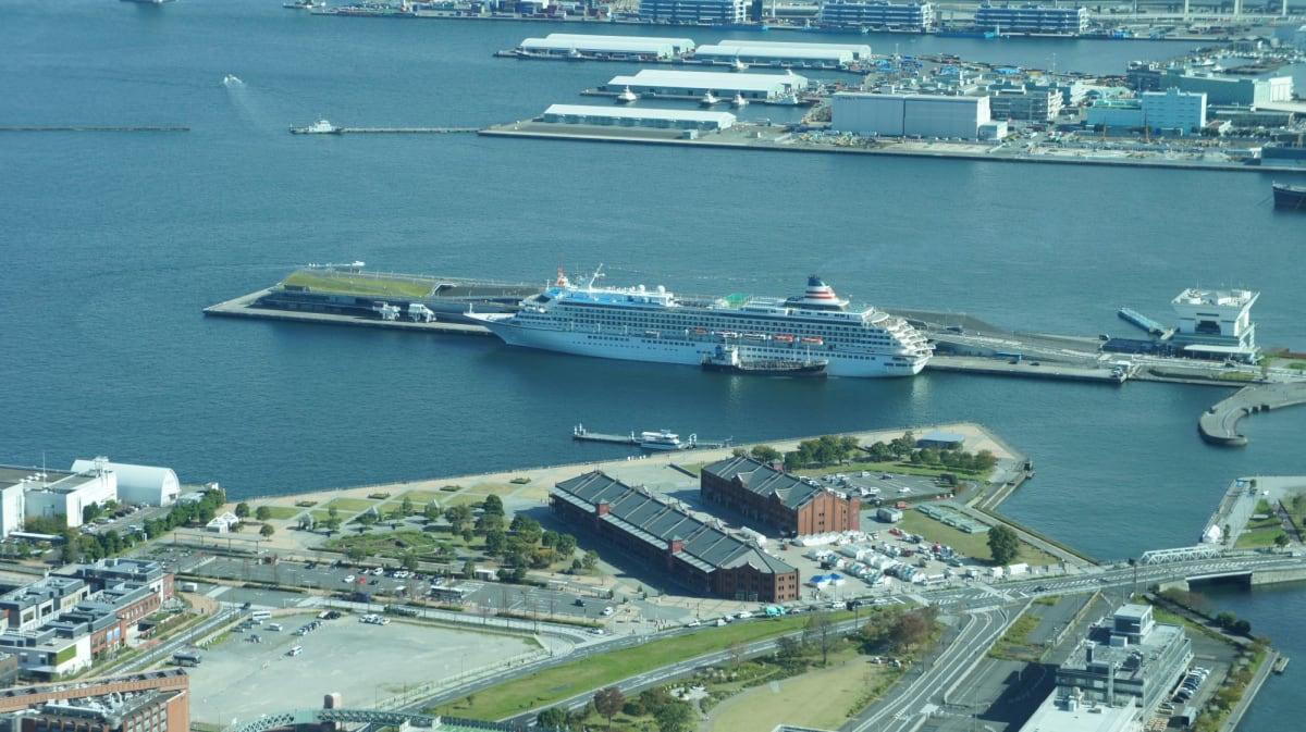 展望ラウンジから大さん橋に停泊中の飛鳥IIが見えました。 | 横浜での客船飛鳥2