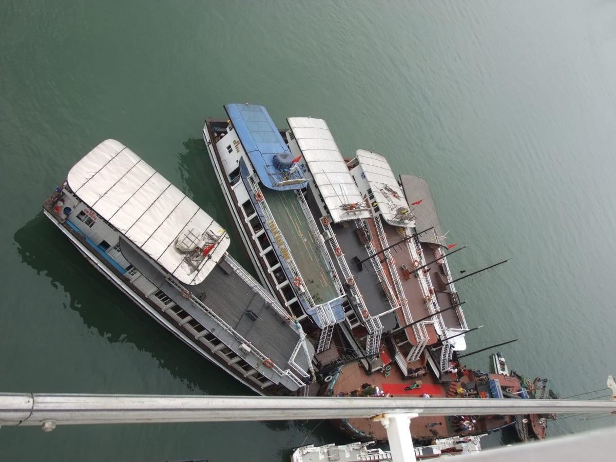 QEに横付けしたハロン湾観光船 | ハロン湾での客船クイーン・エリザベス