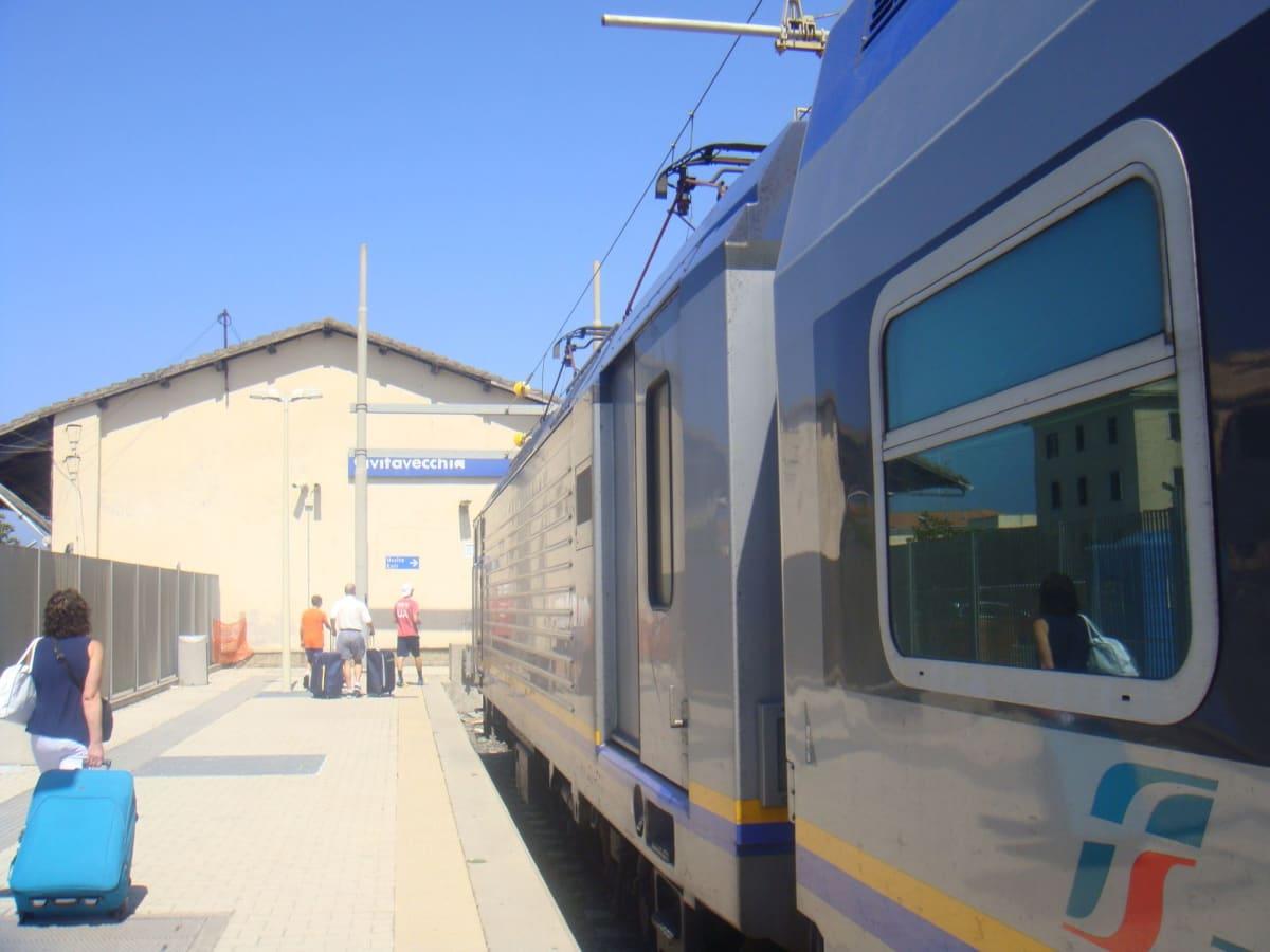 前泊していたローマから電車に乗ってチビタベッキア港へ。 | チビタベッキア(ローマ県)