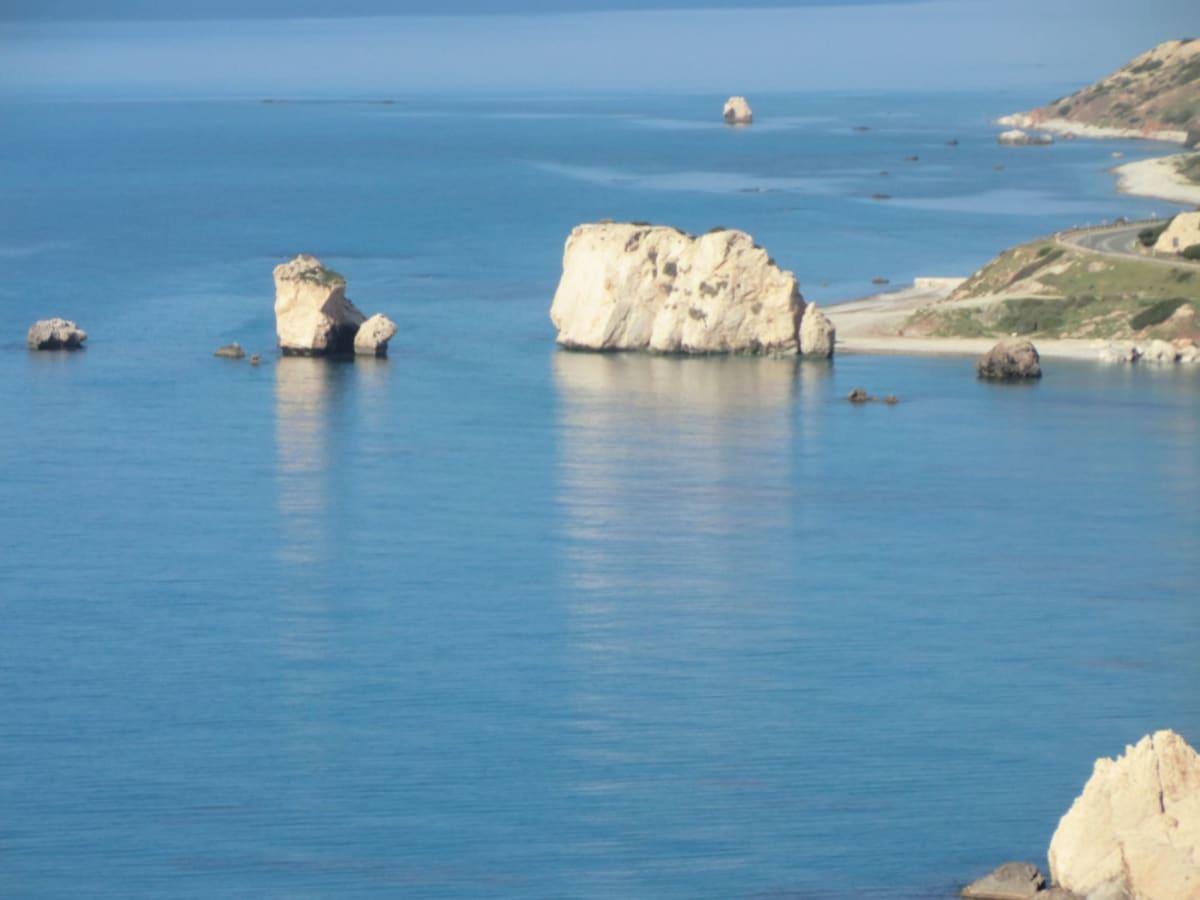 ぺトラ・トウ・ロミウ海岸 Petra tou Romiou アフロディテ生誕の地(Aphrodite's Birthplace)と言われている。 レメソスからパフォスに向って手前25㎞の地点にある。この美しい海の泡から美の女神ヴィーナス(アフロデイ-テ)が誕生したと言われる場所で、ポッティチェリの名作「春」に描くかれているヴィーナスが立つ海岸線は、ここの展望台から見た景色と似ていました。