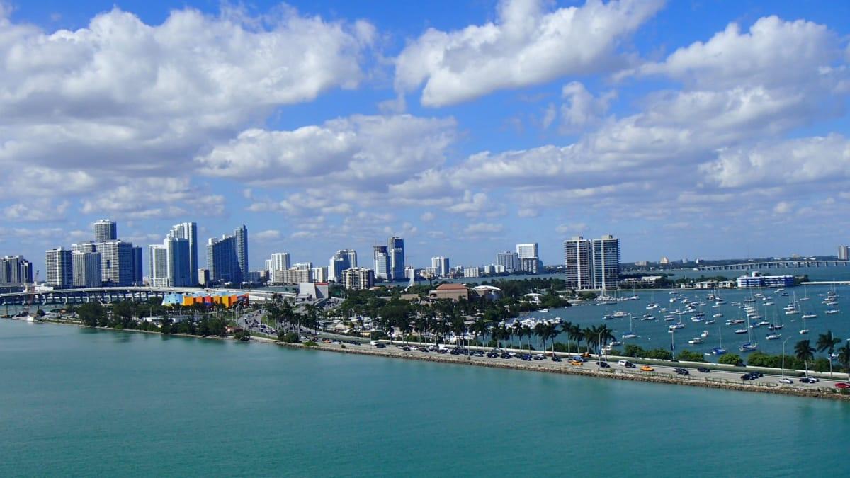 マイアミ港を出港。左手が高層ビルの立ち並ぶマイアミ市。ヨットや豪邸のある小さな島を眺めながら、マイアミビーチ方面(右手)に向かい外海(大西洋)に出て行きます。   マイアミ(フロリダ州)