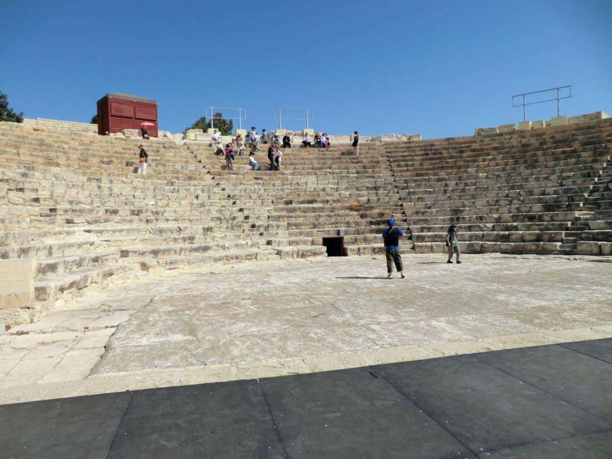 クリオン遺跡 Kourion レメソスから西に20㎞にあるローマの古代都市。約2000人の観客が入れるローマ式野外劇場がある。紀元前2世紀に造られたが地震で壊れ2世紀に再建された。当時は3500人の観客が座れるつくりであり、規模こそは小さいながら、背景には地中海が広がり開放感あふれる作りになっていました。その隣のエウストリオスの家は4世紀の地震の後に造られた公衆浴場跡。床のモザイク、眼下の景色も素晴らしい。行かなかったが近くに神殿跡の遺構もある。 | リマソール