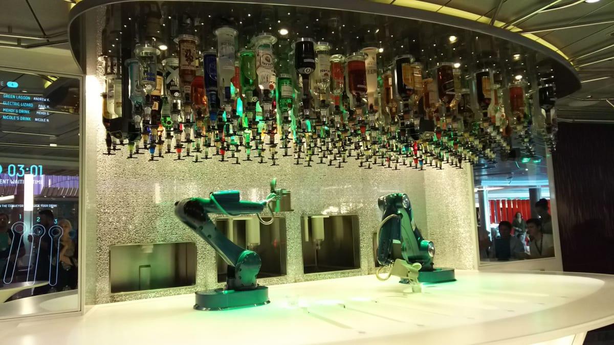 Bionic Bar。ロボットがカクテルを作ります。2分ぐらいで完成してました。 | 客船オベーション・オブ・ザ・シーズのフード&ドリンク、船内施設