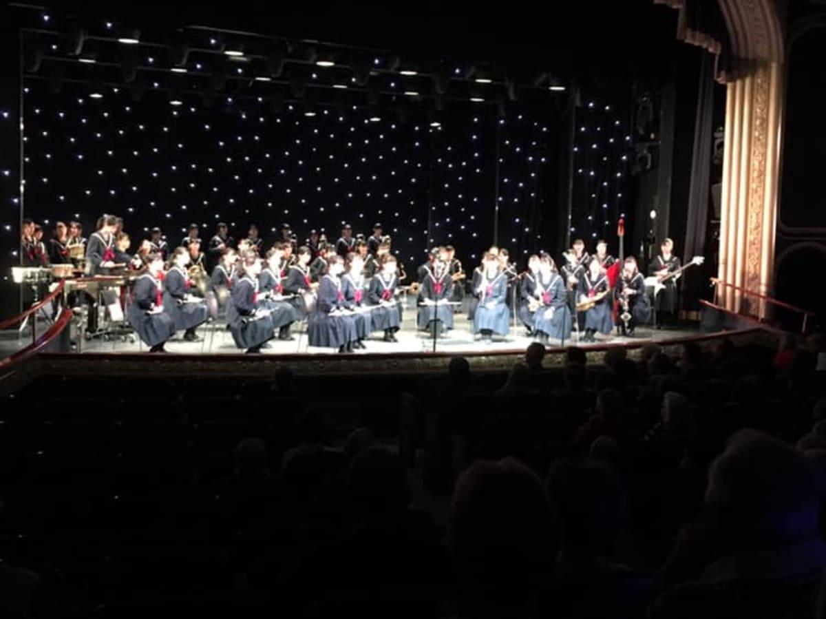 函館・遺愛女子高校オーケストラ部がロイヤルコート・シアターで演奏。とても迫力があるものでした。 | 客船クイーン・エリザベスのアクティビティ、船内施設