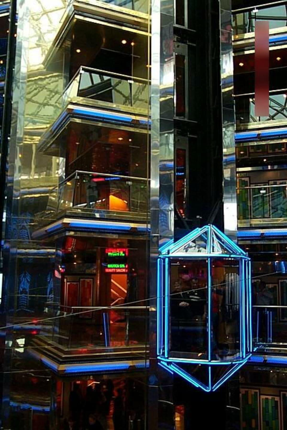 直線的な装飾に時代を感じます。 | 客船カーニバル・エクスタシーの船内施設