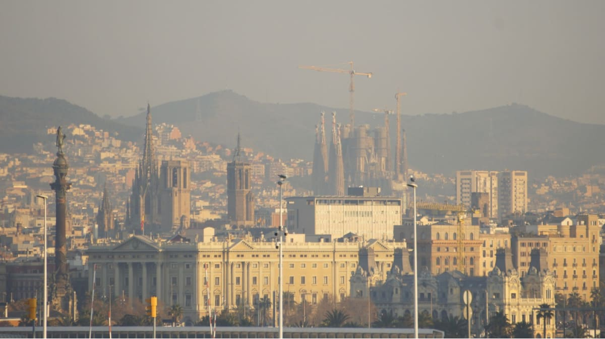 船のデッキから望むサグラダファミリアが、観光への期待感を膨らませます。   バルセロナ