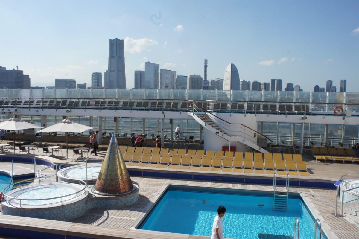 船越しの横浜   横浜での客船コスタ・ビクトリア