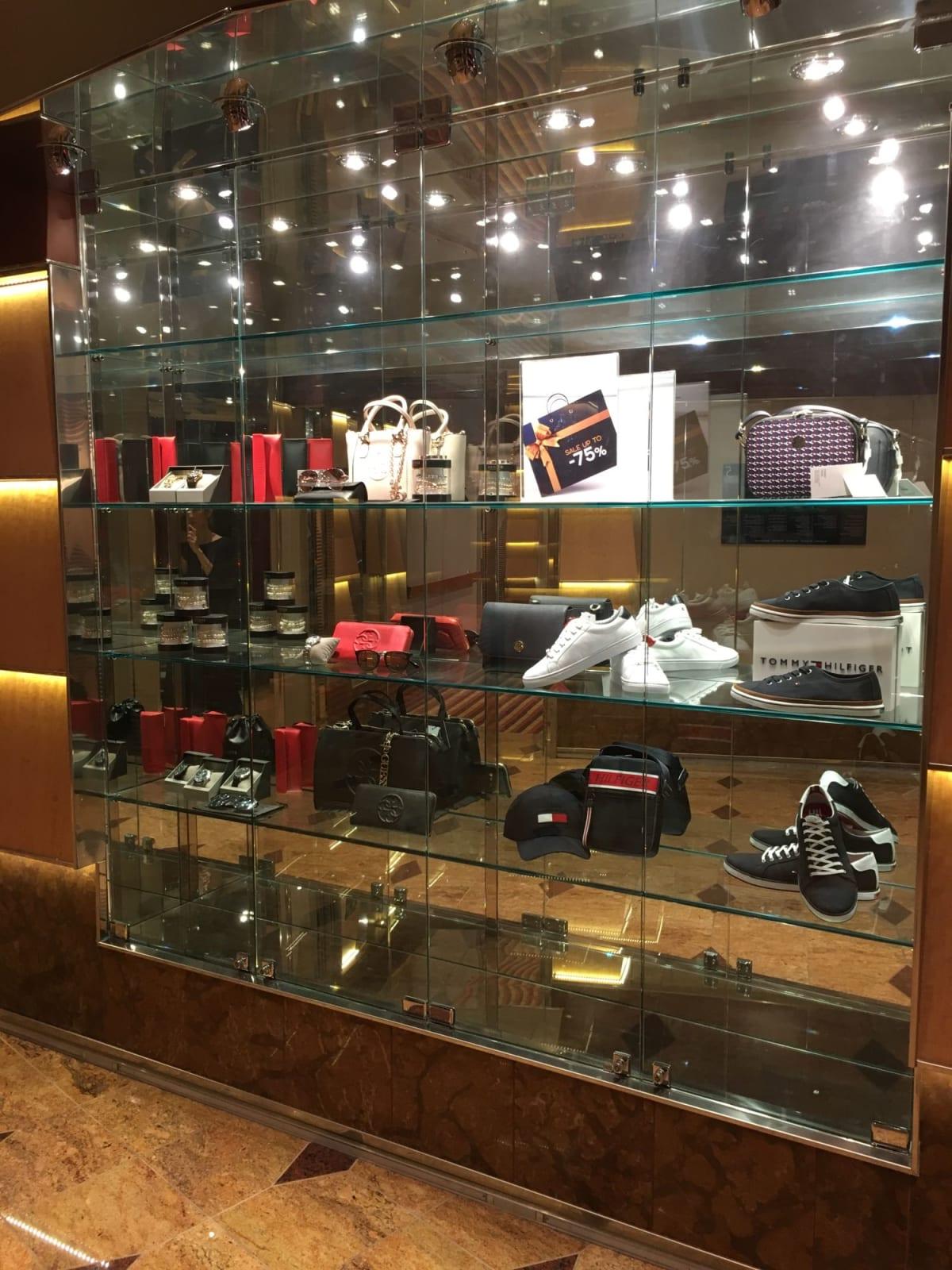 廊下にある免税店ショーケース(お店の写真撮り忘れました)時計、鞄、服、香水がメインです。お店はもう少し華やかです。 | 客船コスタ・ファシノーザの船内施設