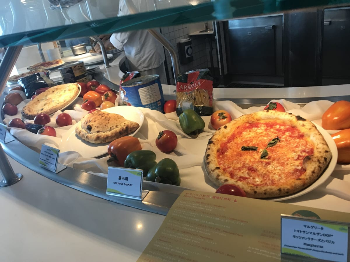 石窯ピザの見本 | 客船コスタ・ネオロマンチカのフード&ドリンク、船内施設