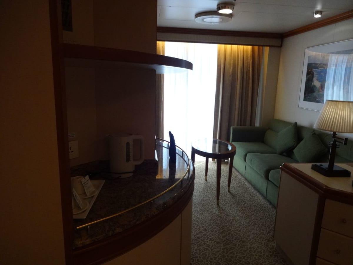 手前がツインベット、奥のスペースがバルコニーに面したリビング   客船ダイヤモンド・プリンセスの客室