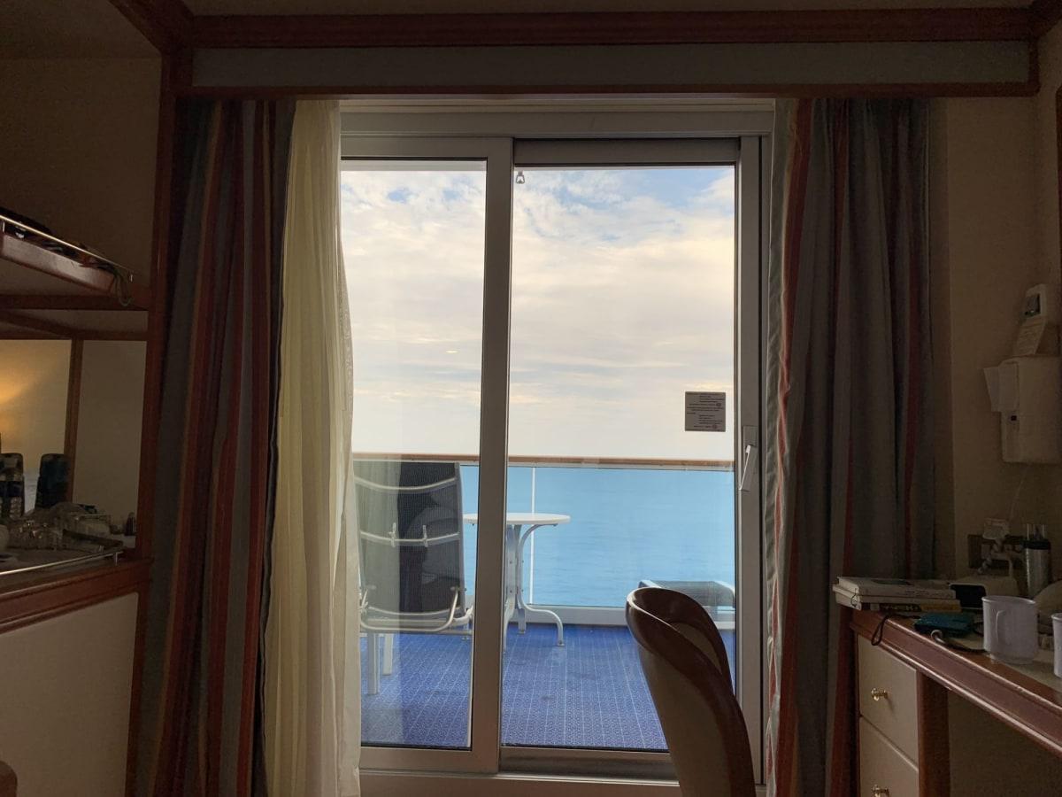 Caribデッキのバルコニーは奥行きが広いです。   客船ダイヤモンド・プリンセスの客室