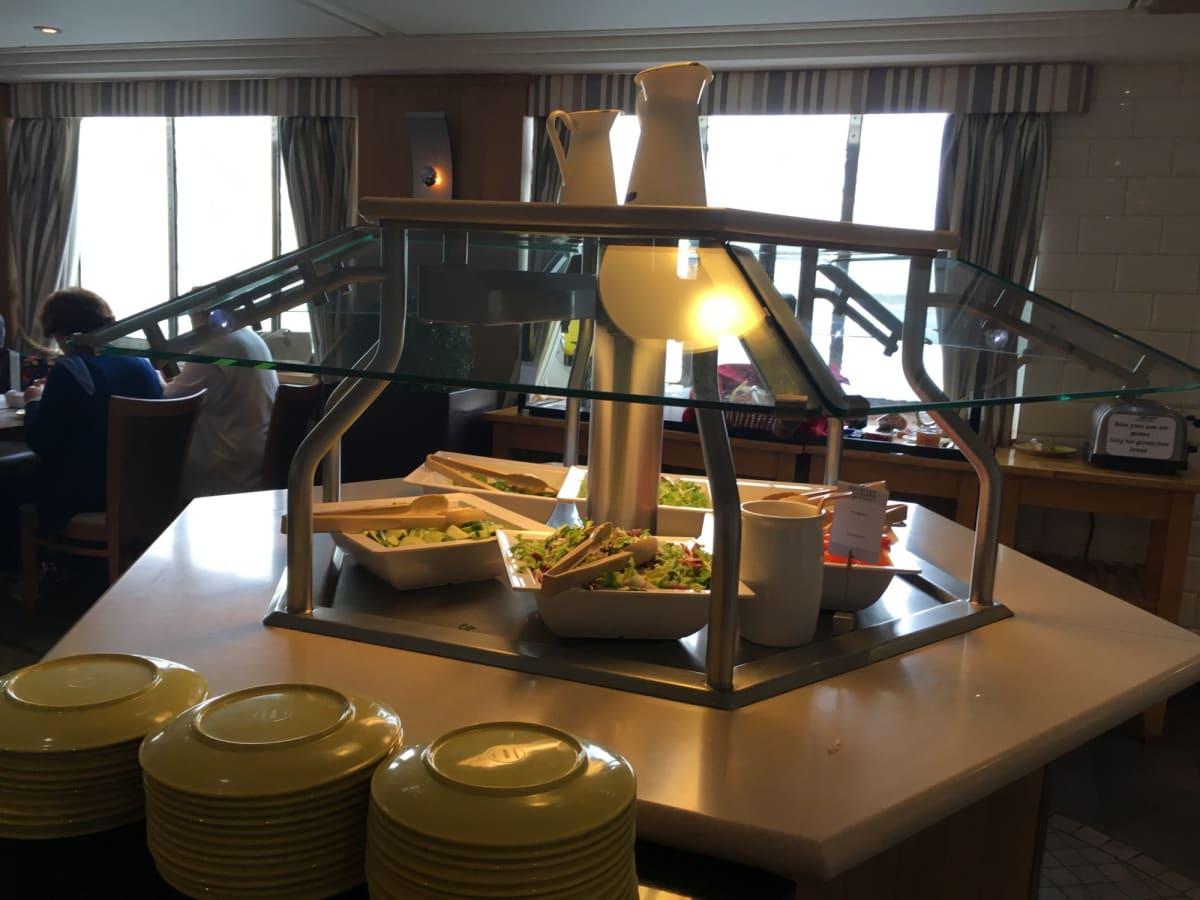 朝食にも生野菜が出ます。 | 客船プルマントゥール・ホライズンのブッフェ、フード&ドリンク