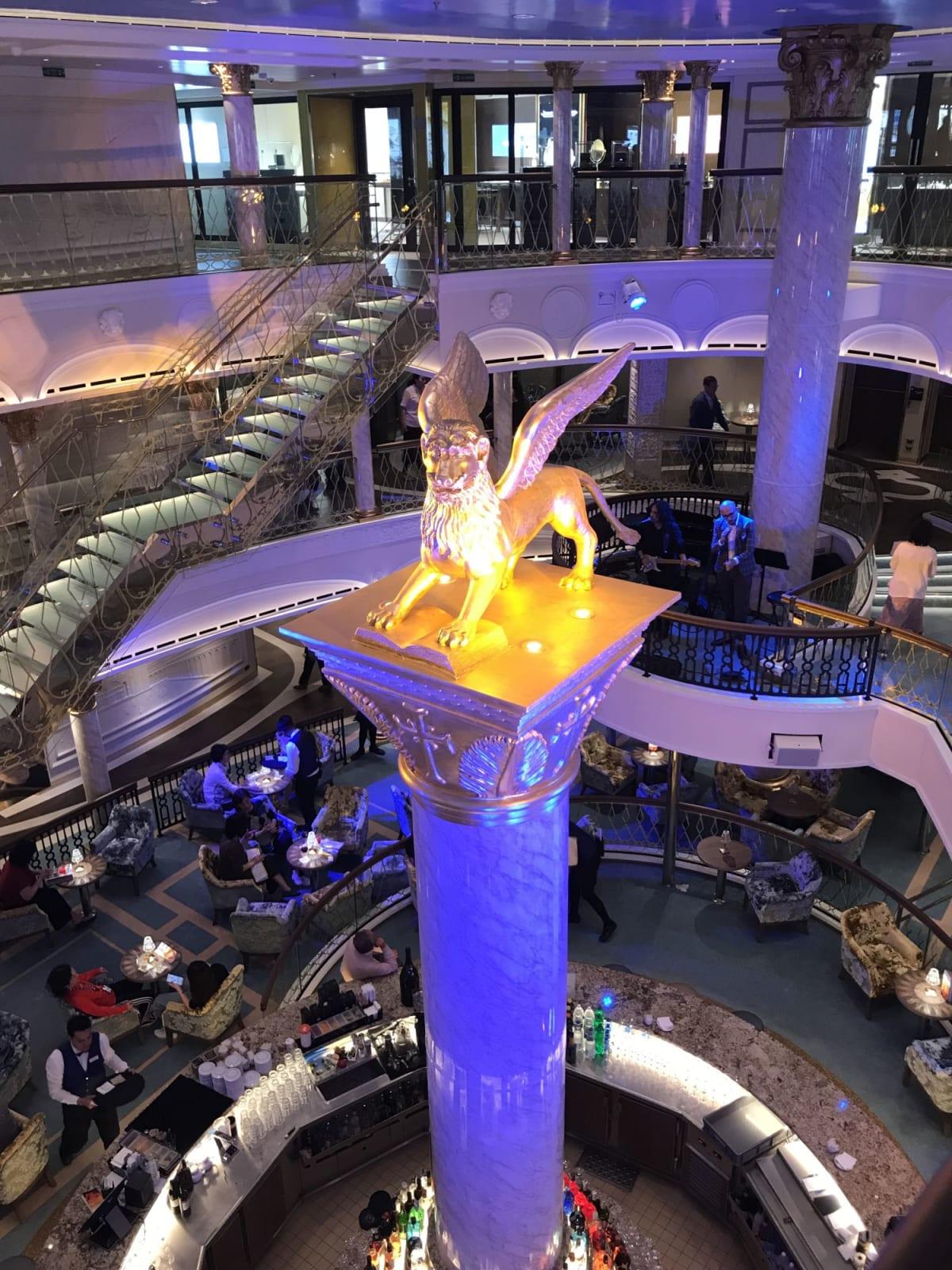 サン・マルコ広場。バーの中央の円柱の上に乗ってるベネチアのシンボル、有翼の獅子。 姉妹船のコスタフィレンチェはこのポジションにミケランジェロのダビデ像が乗るらしい。